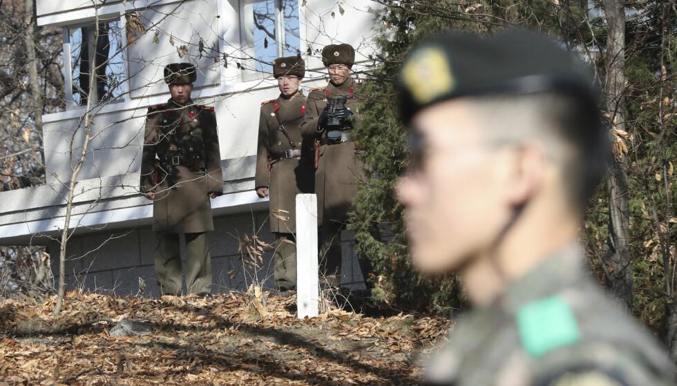 I GRENSELAND: Nordkoreanske soldater skuer på en sørkoreansk soldat ved den demilitariserte sonen. Forrige måned ble en soldat skutt da han krysset grensen. Foto: Lee Jin-man / AP / NTB Scanpix