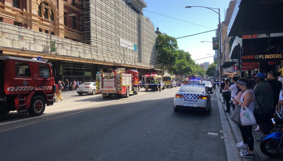 PÅGREPET: En bilist har kjørt på flere fotgjengere i byen Melbourne i Australia. Bilføreren er pågrepet. Foto: Malcolm Sheridan / via Reuters / NTB Scanpix