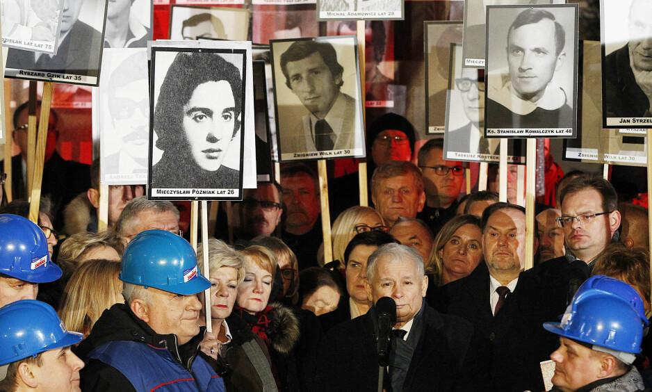 MINNES FORTIDA: Partieier Jaroslaw Kaczynski taler under markeringen av det var 36 år siden kommunistene innførte unntakstilstand tidligere i måneden. Foto: AP / NTB Scanpix