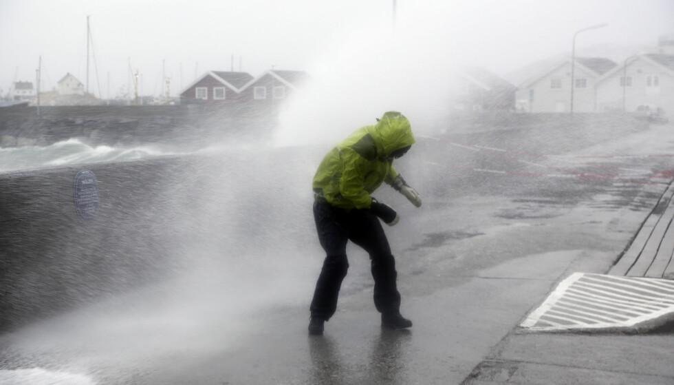 SKALK LUKENE!: Meteorologene melder at det kan komme ekstremvær innover landet de neste dagene. Her fra et skikkelig ruskevær i Bodø i 2015. Foto: NTB Scanpix