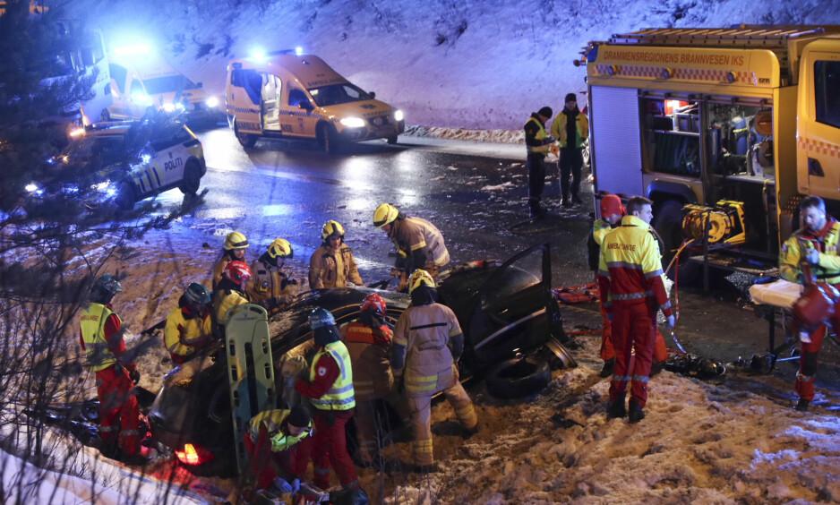 FRONTKOLLISJON: En mann satt fastklemt etter at to personbiler frontkolliderte like utenfor Strømsåstunnelen på E134 ved Drammen i dag. Foto: Vegard Aas / NTB scanpix