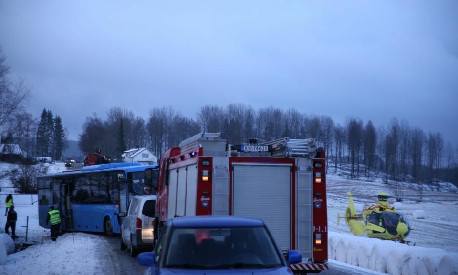 KOLLISJON: En buss og en personbil har kollidert ved Kallak i Marker kommune i Østfold. Foto: Freddie Larsen