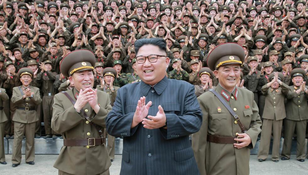 KLAR FOR Å FORHANDLE: Nord-Koreas diktator Kim Jong-un har de siste månedene tilnærmet seg Vesten, og skal nå møte både Sør-Koreas president Moon Jae-in og USAs president Donald Trump til fredssamtaler. Her med offiserer og soldater i hæren. Foto: KCNA / Reuters / NTB Scanpix