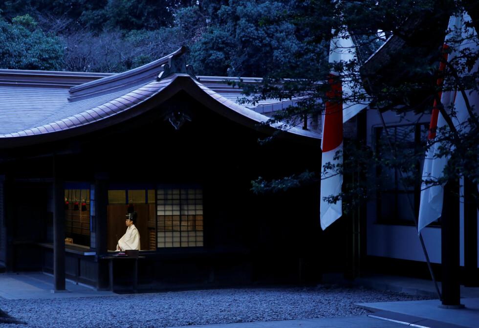 TOKYO: En shinto-prest ble fotografert under en seremoni i forbindelse med nyttår i et shinto-tempel i Tokyo, Japan. Foto: REUTERS/Toru Hanai