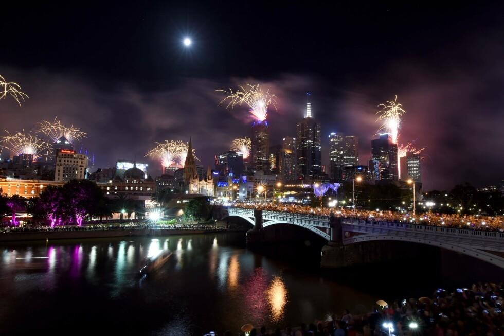 MELBOURNE: Fyrverkeriet lyser opp himmelen over elva Yarra i Melbourne, Australia. Foto: AFP PHOTO / Mal Fairclough