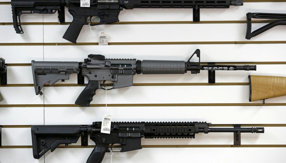 HALVAUTOMATISK: Den pågrepne mannen hadde bl.a. ei halvautomatisk AR-15-rifle på hotellrommet. Arkivfoto: Elaine Thompson / AP / NTB Scanpix