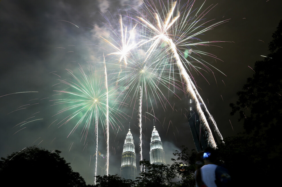 MALAYSIA: Fyrverkeriet går i lufta over Petronas Towers i Kuala Lumpur. Foto: AP Photo/Sadiq Asyraf