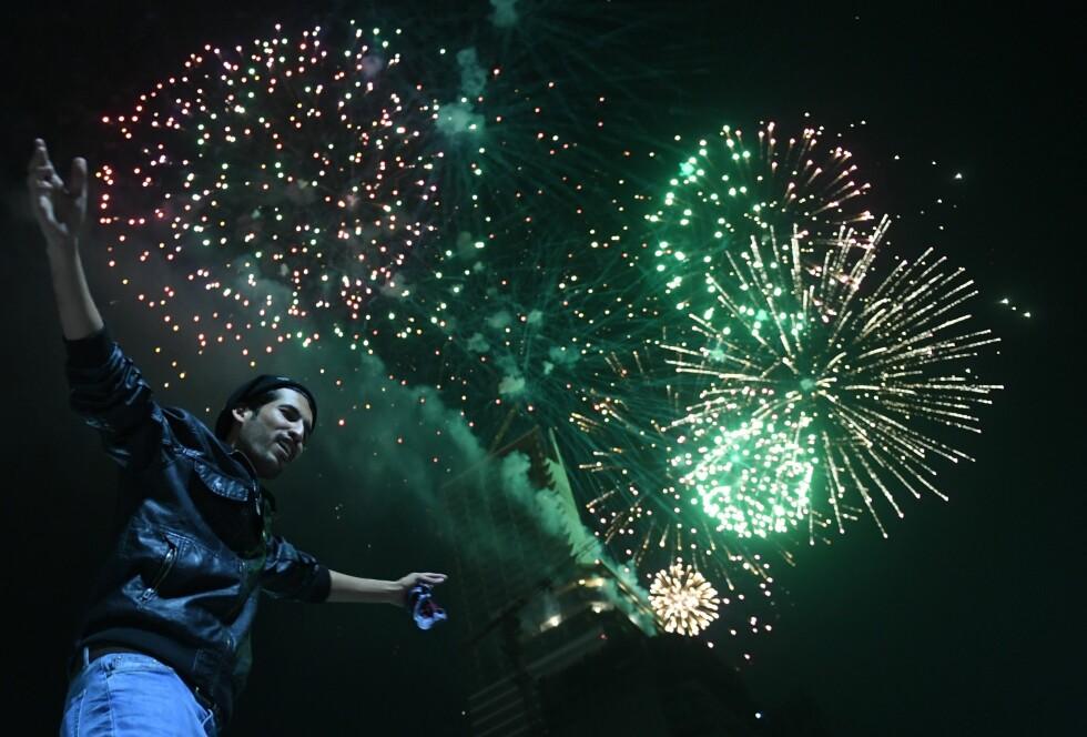 PAKISTAN: En mann danser det nye året velkommen i pakistans største by, Karachi. Foto: AFP PHOTO / ASIF HASSAN