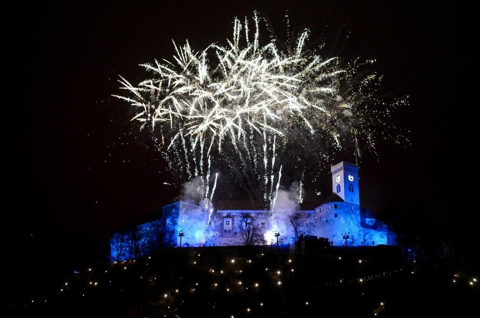 SLOVENIA: Fyrverkeriet lyste også opp himmelen over Slovenias hovedstad Ljubljana. Foto: AFP PHOTO / Jure Makovec