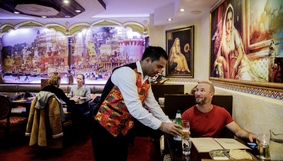 STERK FIRER: Robinson og Fredag mener at femmeren ikke er langt unna på restaurant Jewel of India. Foto: Nina Hansen