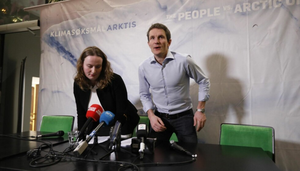 ÅPNET DØRA: Truls Gulowsen i Greenpeace og Ingrid Skjoldvær fra Natur og Ungdom tapte klimsasøksmålet mot staten, men vant en viktig delseier som kan åpne for flere klimarettssaker. Foto: NTB Scanpix
