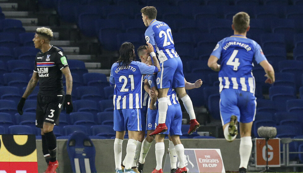 JUBEL: Brighton tok seg videre i FA-cupen mot Crystal Palace mandag. Foto: Gareth Fuller / PA via AP / NTB scanpix