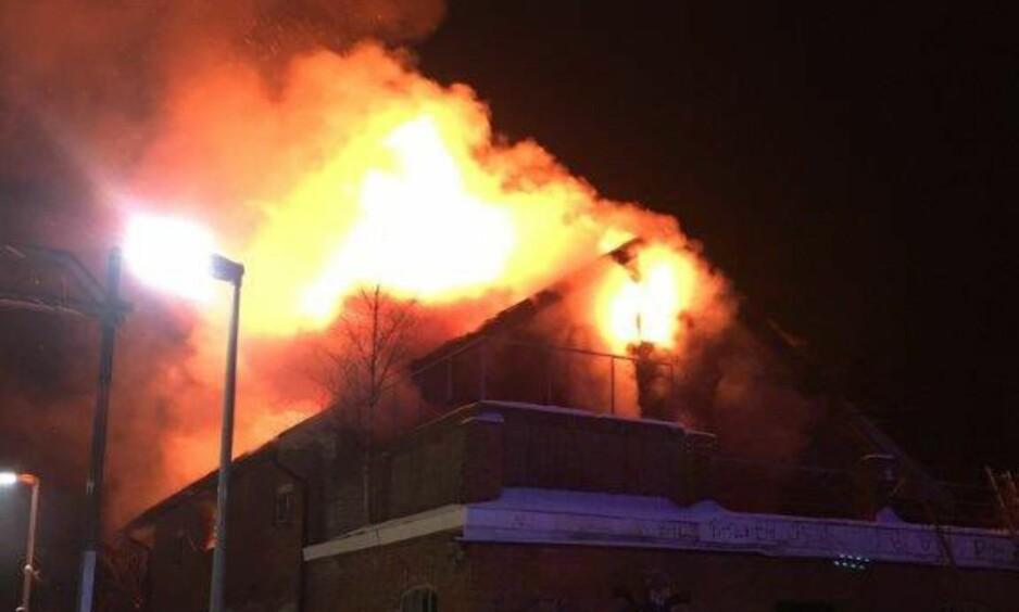 BRANN: Det begynte å brenne i et gammelt næringsbygg ved Spydeberg stasjon i Østfold fredag kveld. Politiet mistenker at brannen var påsatt. Foto: Politiet