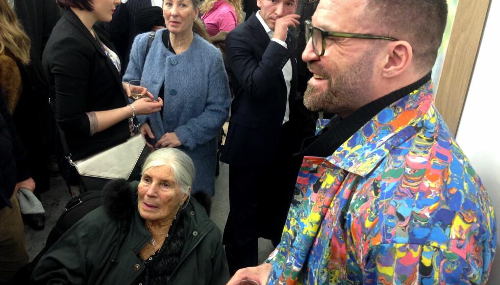 TIL RETTEN: Bjarne Melgaard sammen med sin mor Gro Melgaard under åpningen av en utstilling i 2018. Foto: Anders Grønneberg