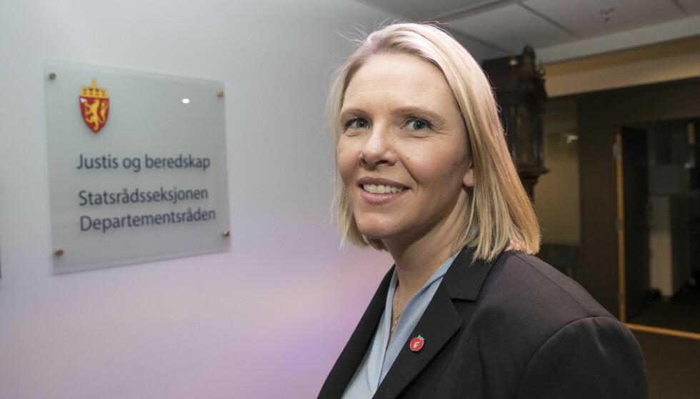 JUSTISMINISTER: Sylvi Listhaug er ny justis- beredskaps- og innvandringsminister. Her på vei til sitt nye kontor onsdag ettermiddag. Foto: Terje Bendiksby / NTB scanpix