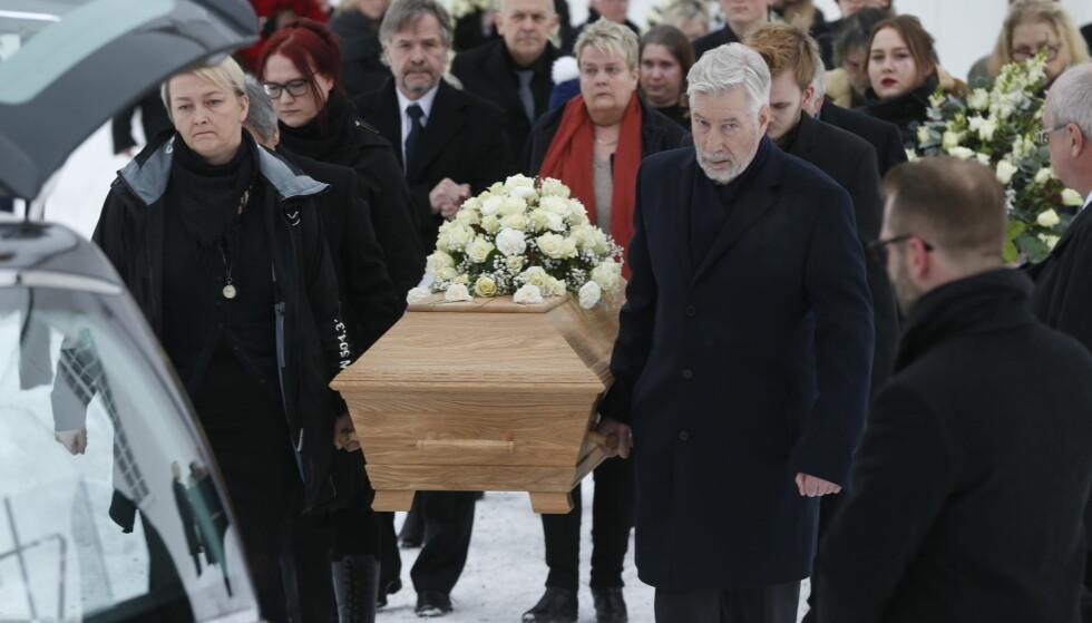 BEGRAVELSE: Odvar Nordli bisettes fra Tangen kirke i Hedmark i dag. Foto: Henning Lillegård / Dagbladet