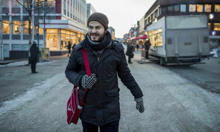GRUNN TIL Å SMILE: Kampen mot UDI og UNE var tøff for filmregissør Mohamed Jabaly, men han gikk seirende ut. Her i Storgata i Tromsø under denne ukas filmfestival. Foto: Marius Fiskum / Dagbladet