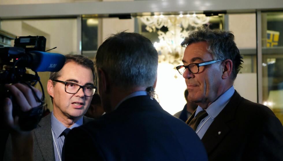 PÅ FEST: Hydro-topp Svein Richard Brandtzæg og Stein Erik Hagen blir intervjuet på festen i Davos. Foto: Nicolai Eriksen / Dagbladet