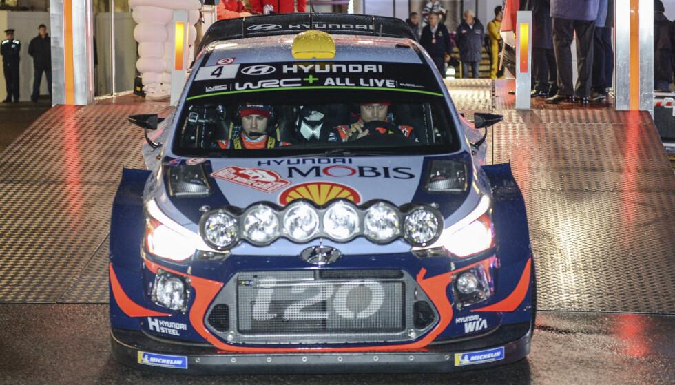 UTE: Andreas Mikkelsen er ute av Rally Monte Carlo. Foto: AP Photo/Christian Alminana