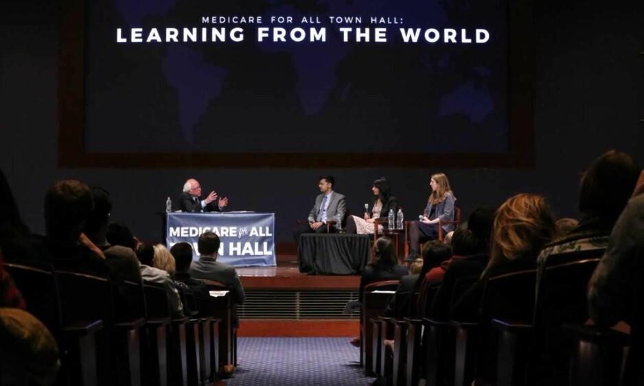 PÅ SCENEN: Meetali Kakad forklarte norsk helsepolitikk på Bernie Sanders' forespørsel. Foto: Courtesy of the US Senate