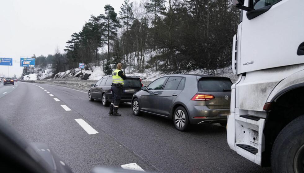 UTRYKNING: Politiet rykket ut til åstedet på E6 ved Høybråten og tok opp vitneforklaringer. Foto: Øistein Norum Monsen / Dagbladet