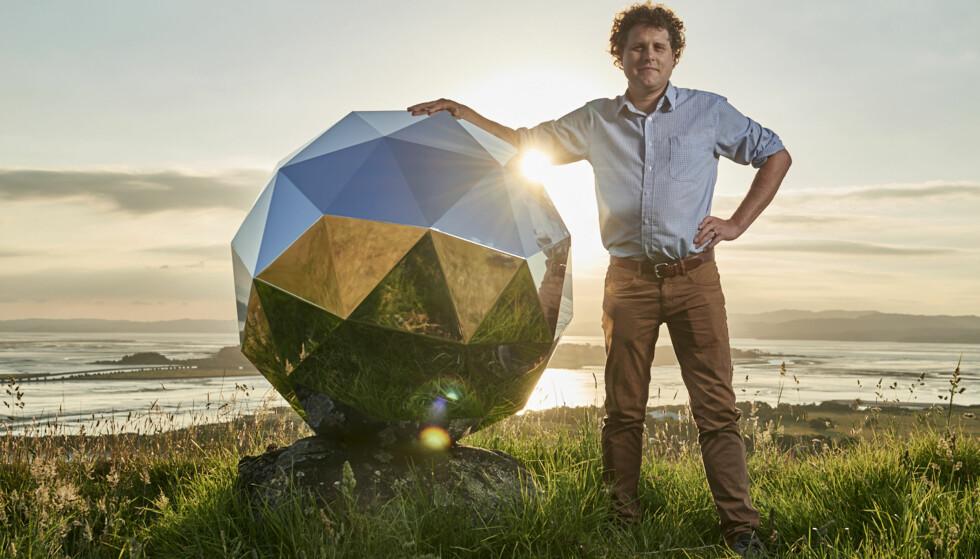 - PÅMINNER: Gründer Peter Beck sier at «Humanity Star» «skal minne oss på jorda om vår skjøre plass i universet», men mange ser bare på den kosmiske diskokula som et utidig stunt. Foto: Rocket Lab / AP / NTB Scanpix