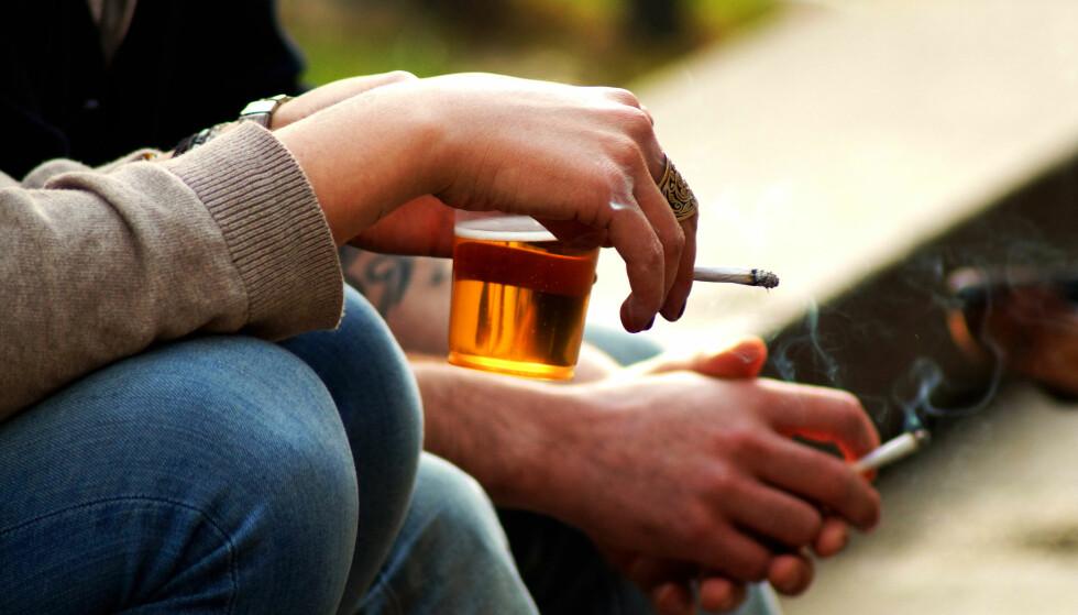 KAN DETTE BLI FORBUDT? KrF mener at det burde bli ulovlig å fyre opp en røyk utendørs hvor ikke-røykere ikke har mulighet til å gå vekk. Foto: NTB Scanpix