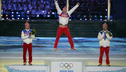 SAMME MEDALJEFORDELING: Både Alexander Legkov og Maxim Vylegzhanin fikk beholde medaljene sine fra 5-mila i Sotsji. Bronsevinner Ilia Chernousov ble aldri mistenkt for juks. FOTO: AP /Charlie Riedel.