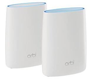 SATELLITTER: Netgear Orbi RBK40, er en trådløs AC-ruter som minner om et mesh-system. Her får du design, enkelhet og ytelse i ett.