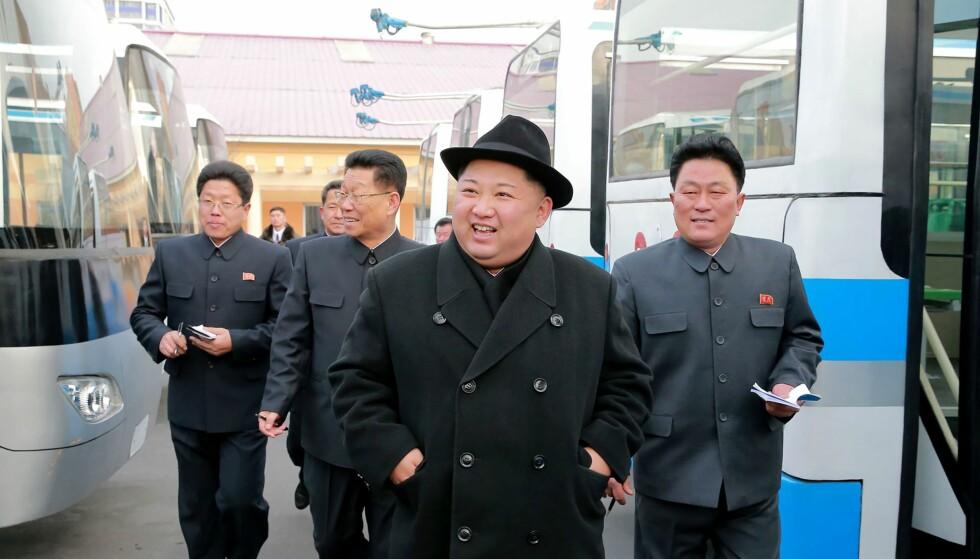 HÅVER INN: Nord-Korea, her ved landets leder Kim Jong-un, har tjent milliarder på ulovlig eksport, ifølge en FN-rapport. Her er han nylig avbildet på en trolleybuss-fabrikk i Pyongyang. Trolleybuss er en elektrisk drevet buss som vis en strømavtaker henter strøm fra kontaktledninger over veibanen. Foto: KCNA / AFP / NTB scanpix
