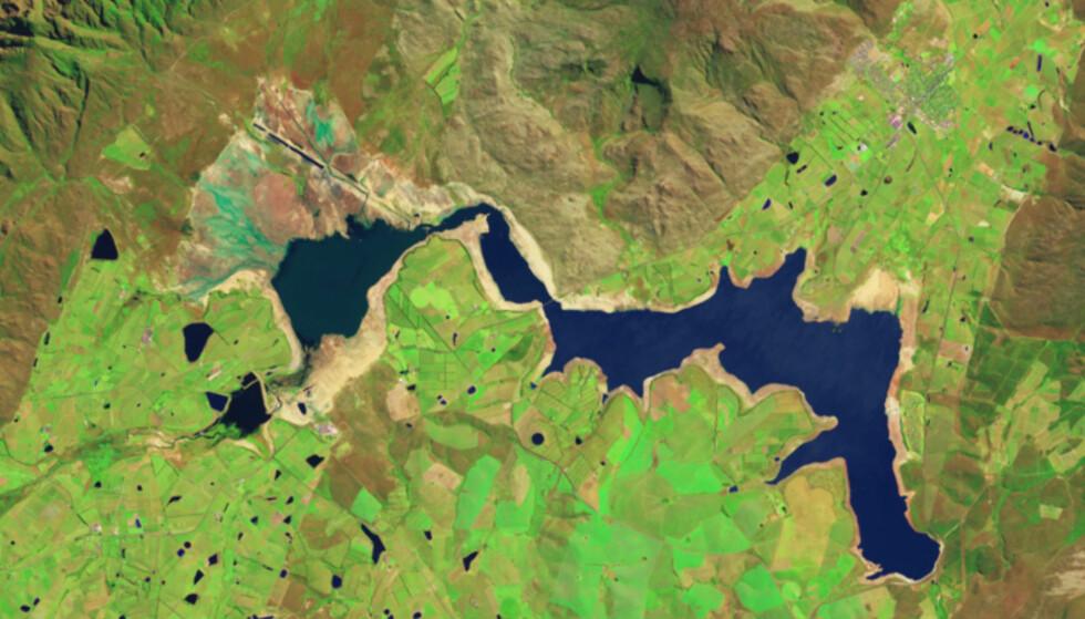 TØRKE: På grunn av ekstremt lite nedbør de siste årene og det høye forbruket ført til at vannmengden i Theewaterskloofdammen har minket betraktelig. Dette bildet ble tatt 10. oktober 2017. Foto: NASA