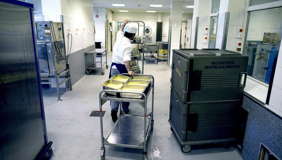 SENTRALKJØKKEN: Regjeringen ønsker seg kjøkken på sykehjemmene, der de eldre bor. Virkeligheten er en annen i dag. Her fra et sentralkjøkken i Oslo. Foto: Bjørn Langsem