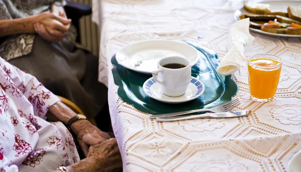 MAT: Mange eldre spiser lite på sykehjem. En måte å motvirke dette på er å bringe kokken nærmere dem som skal spise maten. Regjeringen ønsker å gi tilskudd til kjøkken på sykehjemmene, etter modell fra Danmark. Foto: Håkon Eikesdal/Dagbladet