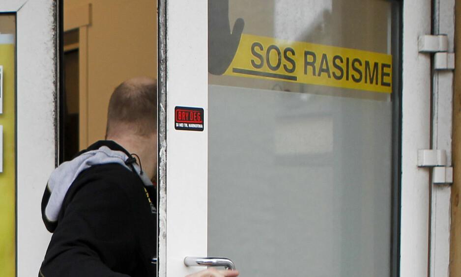 KREVES FOR MILLIONBELØP: Et lokallag i SOS Rasisme nektet å vedta forelegg på 50 000 kroner i forelegg og krav om 1,8 millioner kroner i erstatning for grove bedragerier. Nå havner saken i retten. Bildet viser en låssmed som bisto under politiets ransaking i SOS Rasisme sine lokaler i Haugesund i 2012. Foto: Jan Kåre Ness / NTB scanpix