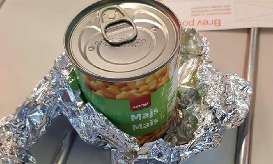 SVINDEL: Per Stian Aas Svendsen ble overrasket da han åpnet pakken hos posten. I pakken skulle det ha vært en iPhone. Foto: Privat