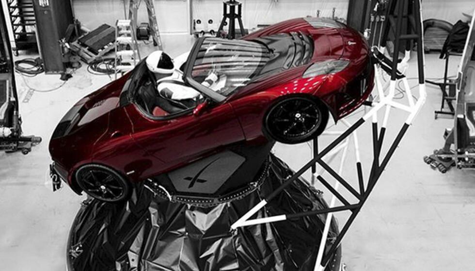 «SJÅFØR»: Ei dokke, Starman, sitter bak rattet på Elon Musks gamle pendlerbil, som nå er skutt ut i rommet, på toppen av Falcon Heavy. Foto: Elon Musk / Instagram / AP / NTB Scanpix