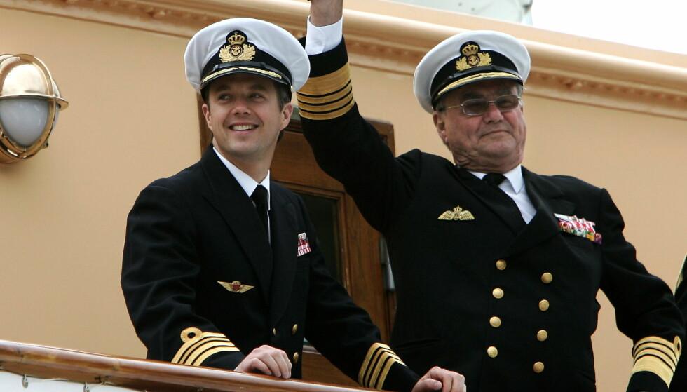 AVBRUTT SITT OPPHOLD: Kronprins Frederik har forlatt Sør-Korea og er fredag på vei hjem til Danmark. Her er han avbildet med sin far, prins Henrik, i 2005. Foto: NTB Scanpix