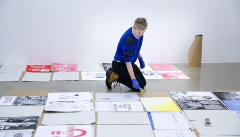 ENGASJERT: Kunstner Liv Bugge er i ferd med å henge opp utstillingen. Foto: Henning Lillegård / Dagbladet