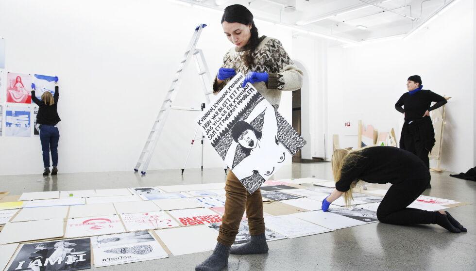 HENGER OPP UTSTILLINGEN: Kunstner Hanan Benammar (foran) henger opp bildene til utstillingen «Between the lines», billedkunsnernes svar på #metoo-kampanjen. Bak fra venstre er dekan Stine Hebert ved KHiO, kunstnere Ane Graff og Josse Thuresson. Foto: Henning Lillegård / Dagbladet