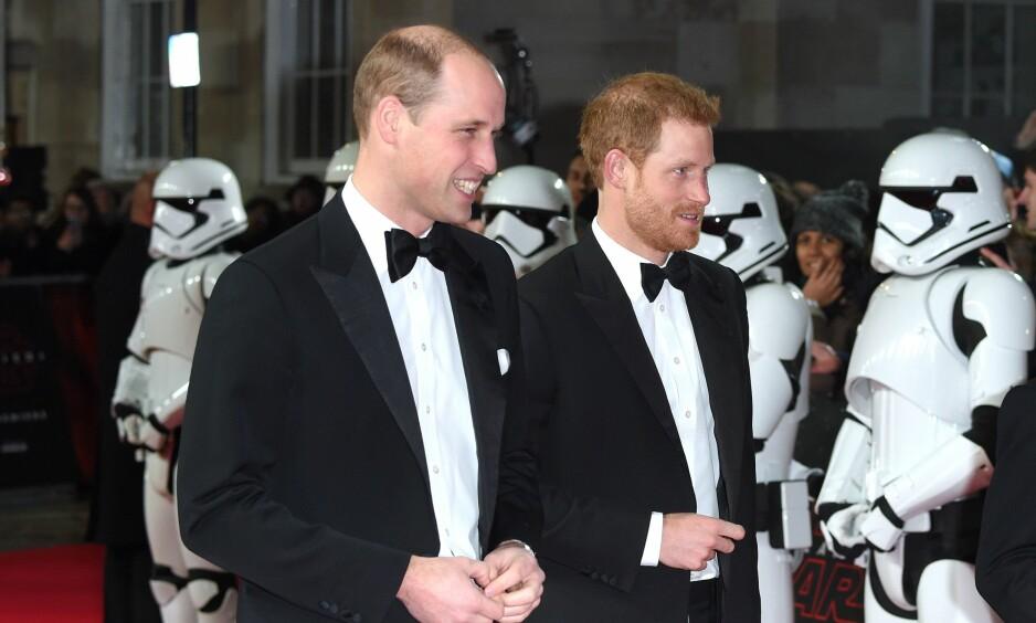 TAKK FOR SIST: Britiske prins William og lillebror prins Harry under premieren av «Star Wars: The Last Jedi» i London i desember. Scenen de spilte inn, ble kuttet fra filmen. Foto: Anthony Harvey / REX / Shutterstock / NTB scanpix