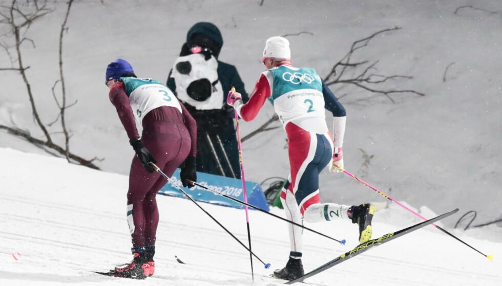 FÅR LØPE VIDERE: Johannes Høsflot Klæbo på vei forbi Alexander Bolshunov i den klassiske OL-sprinten. I dag ble nordmannens favorittdistanse sikret for framtida da FIS stemte ja til klassisk sprint. FOTO: Lise Åserud / NTB scanpix