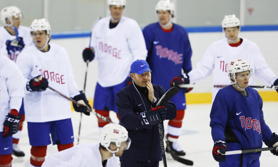 FÅ SAMLINGSDØGN: Petter Thoresen med gutta på den første hockeytreningen i OL. Landslagssjefen er litt bekymret for de få samlingsdøgnene de har hatt før OL-turneringen. Foto: Erik Johansen / NTB Scanpix