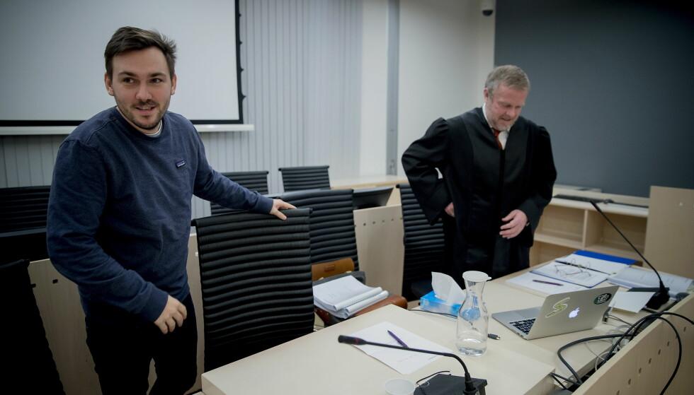 GIR SEG IKKE: Dennis Vareide sammen med sin advokat advokat Jon Wessel-Aas gir seg ikke før alle de grove videoene er fjernet fra Youtube. Foto: Bjørn Langsem / Dagbladet
