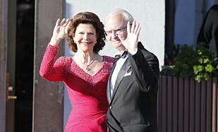 DELER UT: Kong Carl Gustav deler ut prisen. Her sammen med dronning Silvia. Foto: Lise Åserud / NTB scanpix