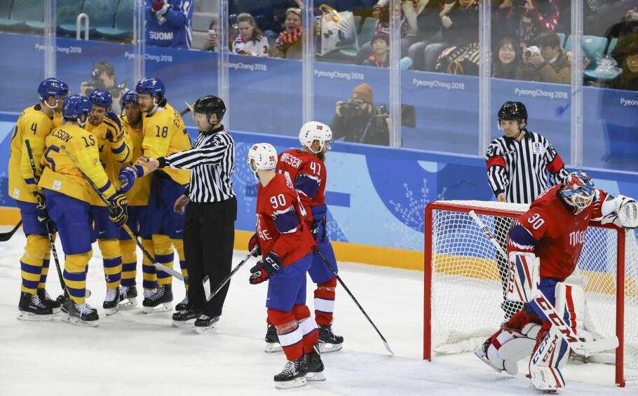 NORSK TAP: De svenske hockeygutta jubler for scoring, mens de norske gutta Daniel Sørvik (f.v), Patrick Thoresen og målvakt Lars Haugen kan konstatere at svenskene er et par nummer for store. Norge tapte 0-4 i den første kampen i OL-turneringen. Foto: Erik Johansen / NTB Scanpix