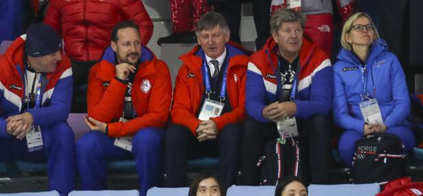 ROYALT BESØK: Kronprins Haakon var på plass i hallen da Norge møtte Sverige i den første OL-kampen i ishockey. Foto: Erik Johansen / NTB Scanpix