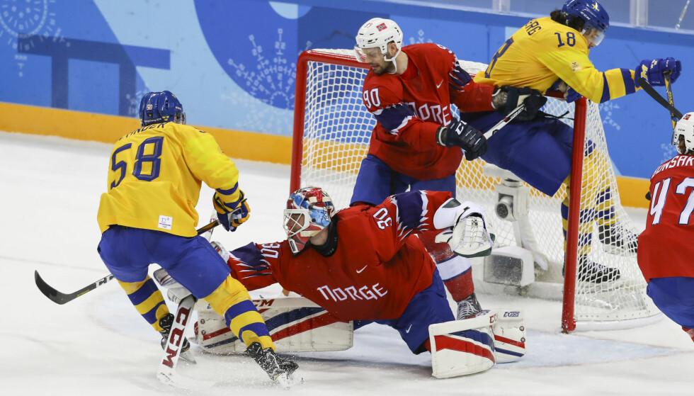 2-0: Keeper Lars Haugen og Daniel Sørvik ser at svenske Anton Lander setter inn 2-0 målet mens lagkamerat Dennis Everberg henger i målet i ishockeykampen mellom Norge og Sverige i Gangneung Hockey Centre. Foto: Erik Johansen / NTB Scanpix