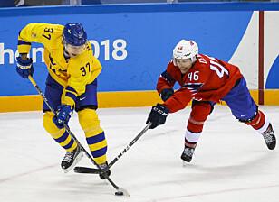 LITT BAK: Mathis Olimb (t.h.) og de norske gutta ble nummeret for små mot John Norman og Sverige i OL-åpningen. I morgen er Finland neste motstander. Foto: Erik Johansen / NTB Scanpix