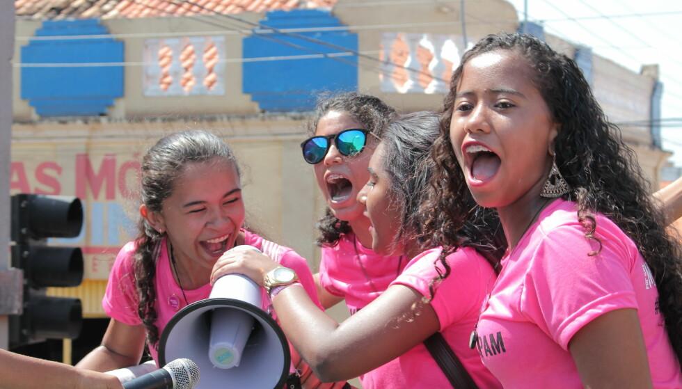 DEMONSTRERTE: Hundrevis av jenter tok til gatene for å demonstrere mot «Cultura do estupro», på norsk «voldtektskultur», i forbindelse med den internasjonale jentedagen 11. oktober i 2016 i den brasilianske byen Codó. Bak initiativet sto medlemmer av «Leadership School for Girls»-prosjekt, støttet av Plan Internationals lokale avdeling. Foto: Maurício Neto / Plan International