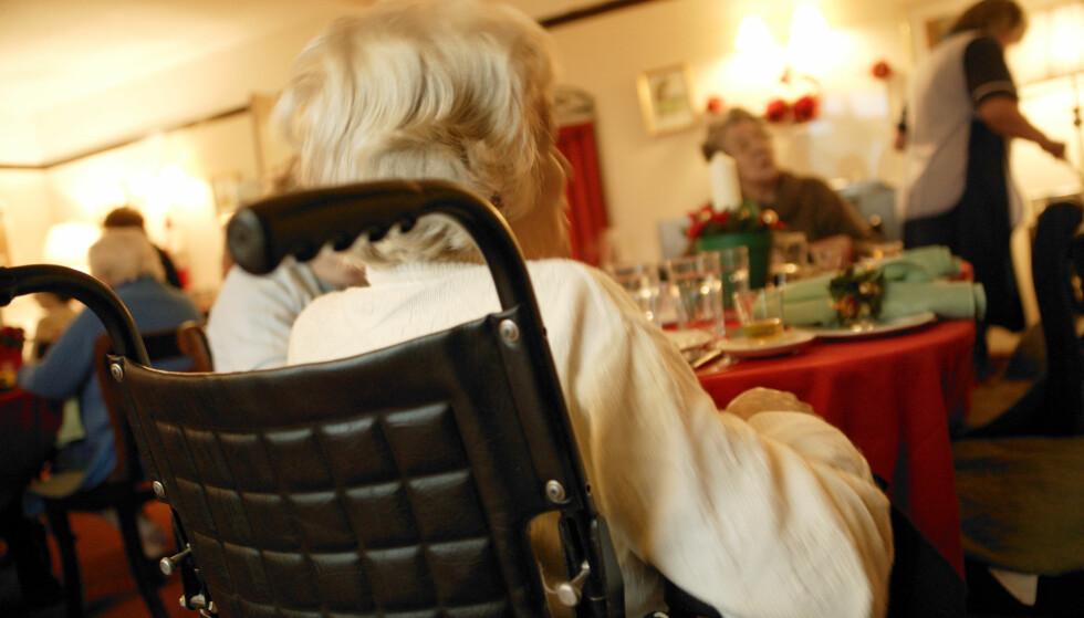SELVHJELP: Nå skal de demente på sykehjemmene aktiveres til å bidra også på kjøkkenet. Foto: NTB Scanpix